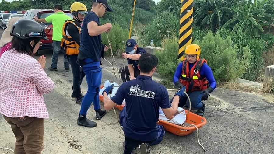 84歲阿嬤失蹤1天,搜救人員找到人時已溺斃。(張亦惠翻攝)