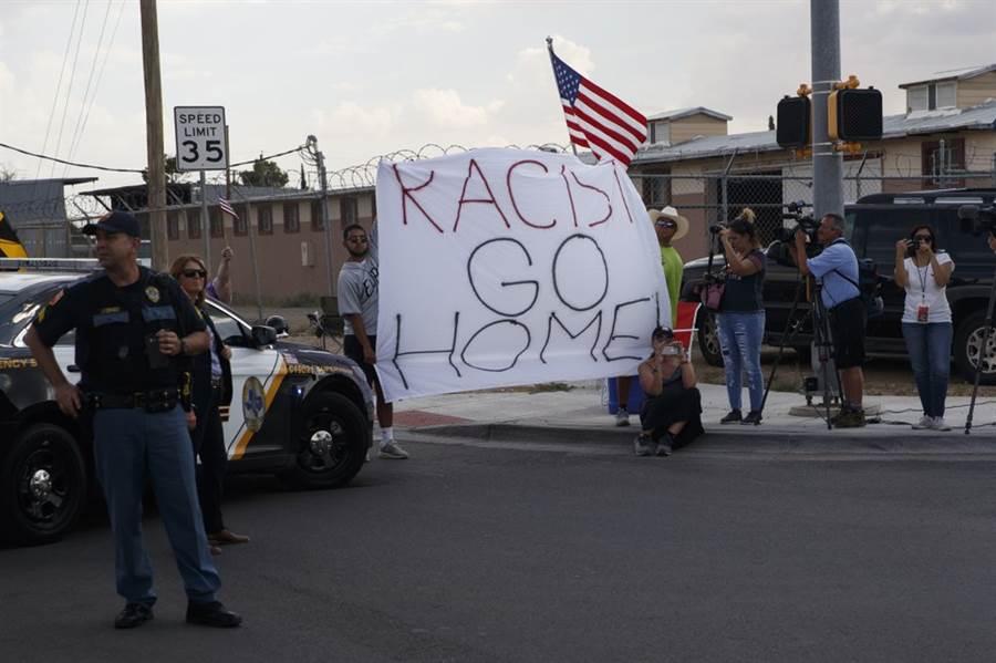 川普探望槍擊受害者,抗爭者批評「種族者滾出」。(圖/美聯社)