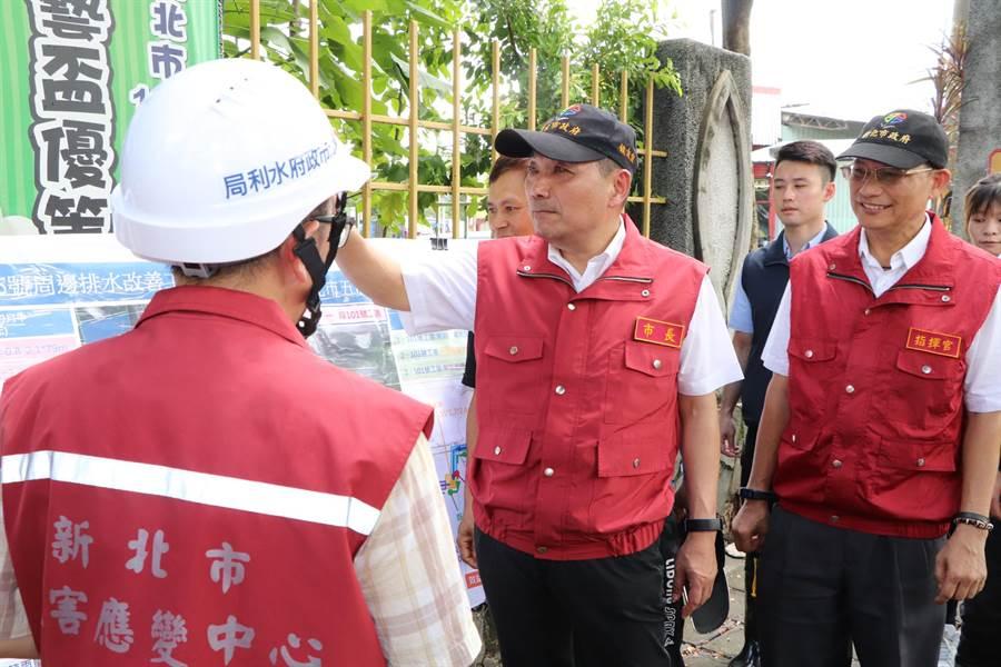 侯友宜在區長莊茂坤(右)陪同下,前往視察成泰路排水改善工程。(吳亮賢攝)