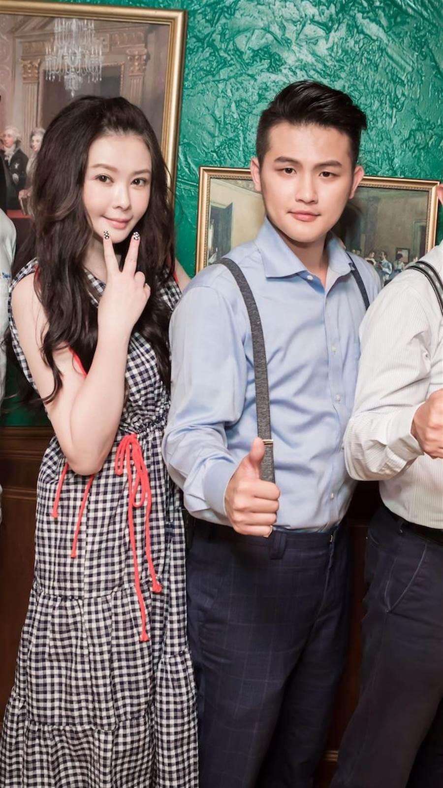 蕭淑慎(左)力挺老公梁軒安事業,她的臉蛋變漂亮似有「修修臉」。(權可易資訊科技股份有限公司提供)