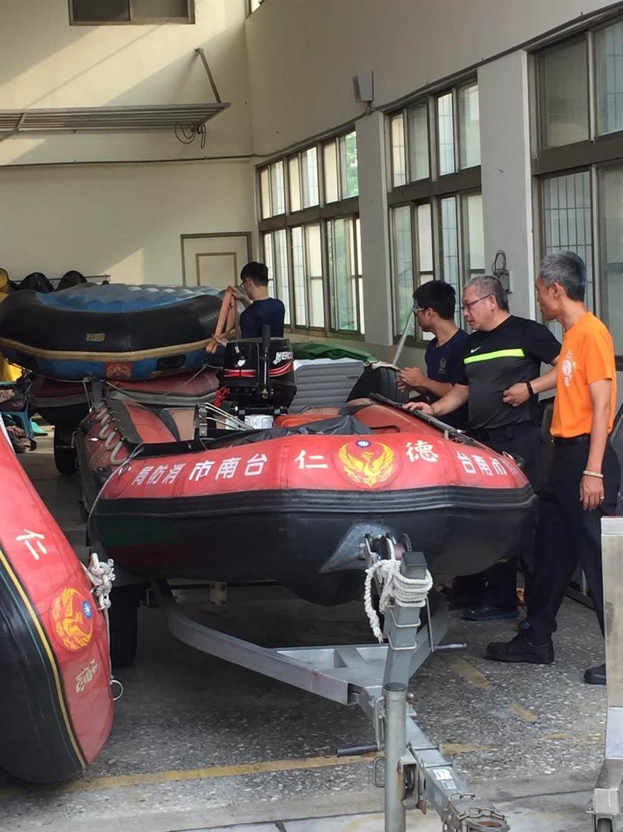台南市消防局完成救生艇整備工作。(程炳璋翻攝)