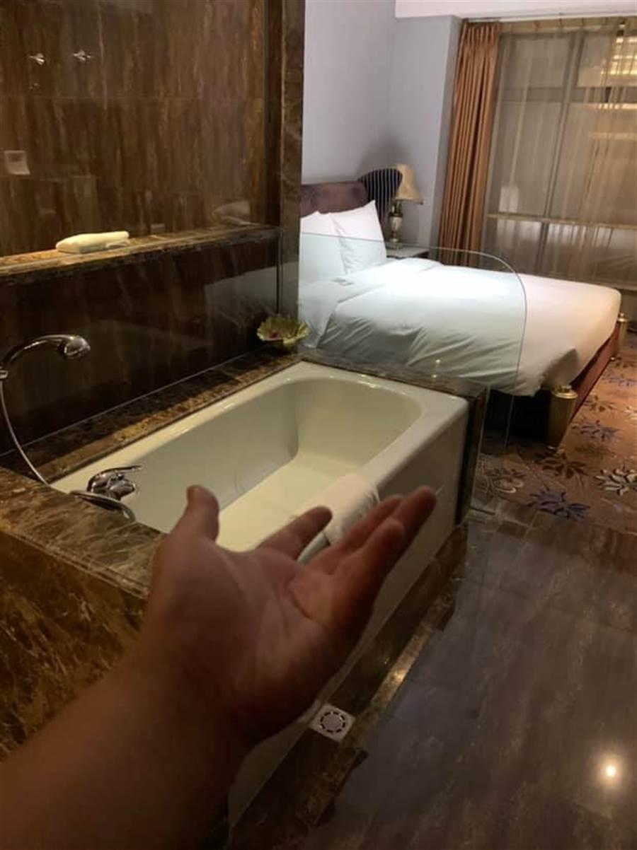 浴缸就在床的附近,中間完全沒有遮蔽物(圖翻攝自/爆廢公社)