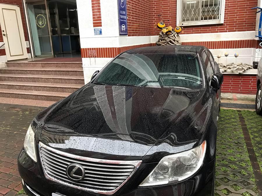 黃姓營造公司負責人開著凌志轎車到行政執行署說明,差點連人帶車都遭管收、查封命運。(程炳璋翻攝)