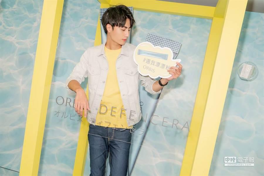 王毓翔出席保養品牌活動,現場試吃美妝保健產品新品。(圖/王毓翔提供)