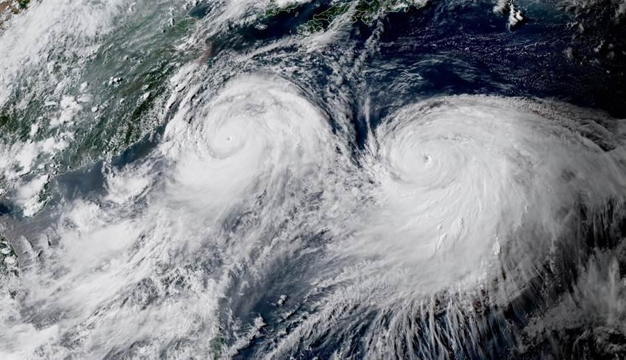 雙颱利奇馬與柯羅莎在台灣東部海面上共舞,太空空拍圖景象嚇人 (圖/翻攝自台灣颱風論壇)