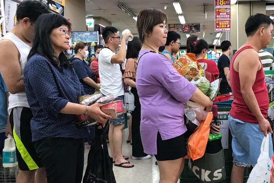 第9號颱風「利奇馬」來勢洶洶,8日晚間宜蘭及新竹以北宣布停班停課,北市賣場湧進許多民眾採買食物。(鄧博仁攝)