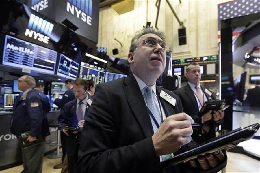 受到陸美貿易戰升溫衝擊,華爾街銀行股倒成一片,但分析師認為,這些投資人拋售該類股的時機錯誤且過度反應,因為銀行股的價格已經出現經濟衰退的風險。(圖/美聯社)