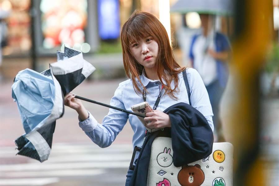第9號颱風「利奇馬」威力持續增強,首當其衝的北台灣8日出現間歇性風雨,民眾趁著風雨不大時,趕緊下班回家。(鄧博仁攝)