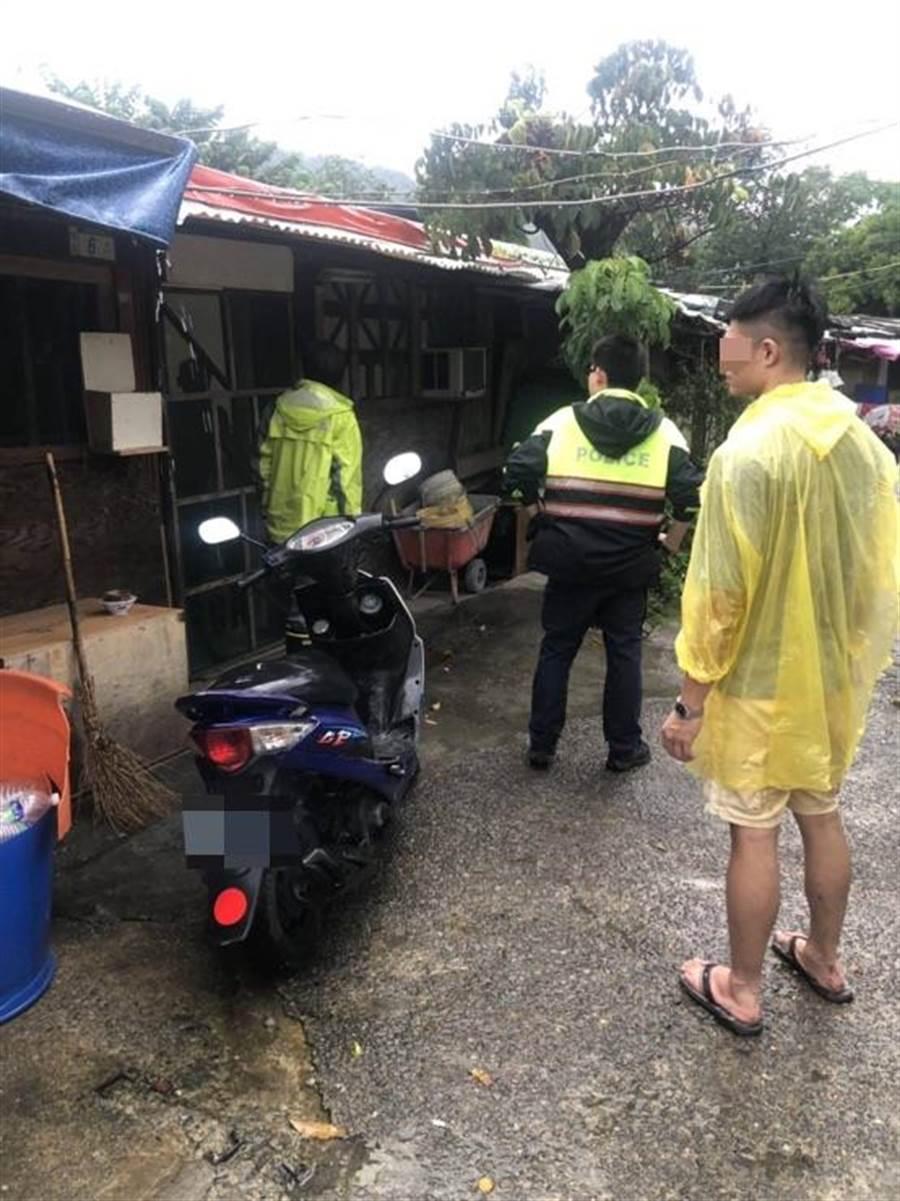 三峽警方協同鶯歌區所及原民局人員撤離三鶯部落居民。(陳俊雄翻攝)
