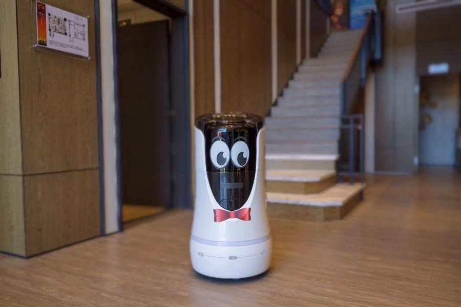 「新潤興業 鉑麗」特別引進五星飯店指定採用的送餐機器人,除了送餐點,還可以把包裹、掛號送到家門口,只要輸入密碼,就能輕鬆取貨。