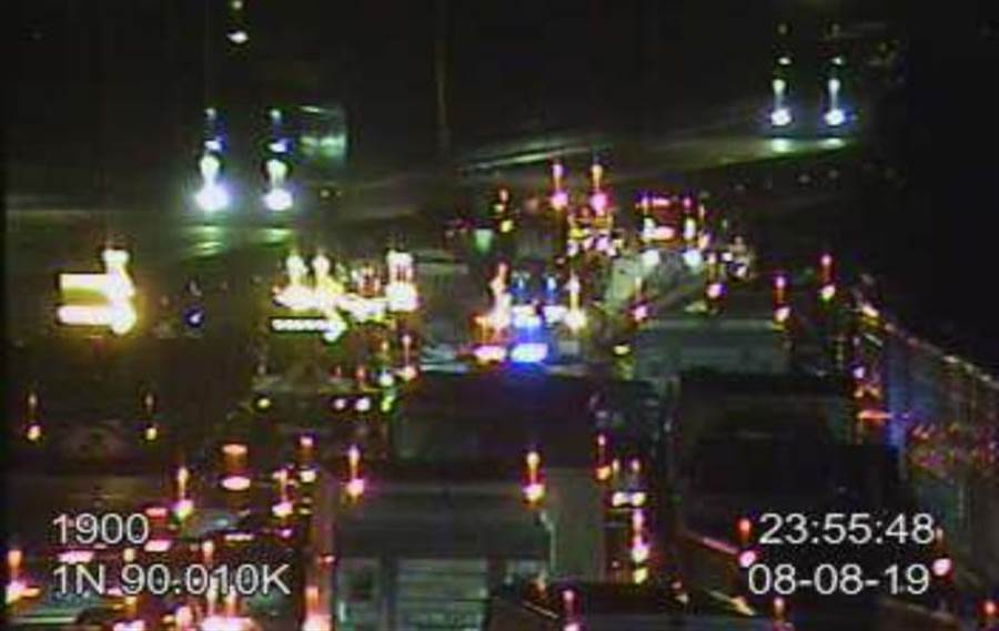 國道一竹北交流道南下出口匝道,8日晚間發生一起事故,新竹縣消防局仍在救援中。(莊旻靜翻攝)
