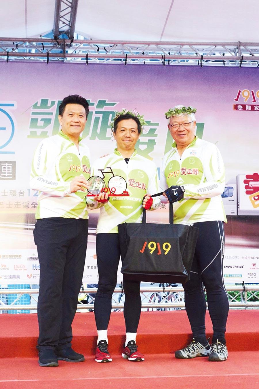 康和證券集團董事長鄭大宇(中)連續兩年參與單車公益環島,送愛到偏鄉。圖/康和證券提供