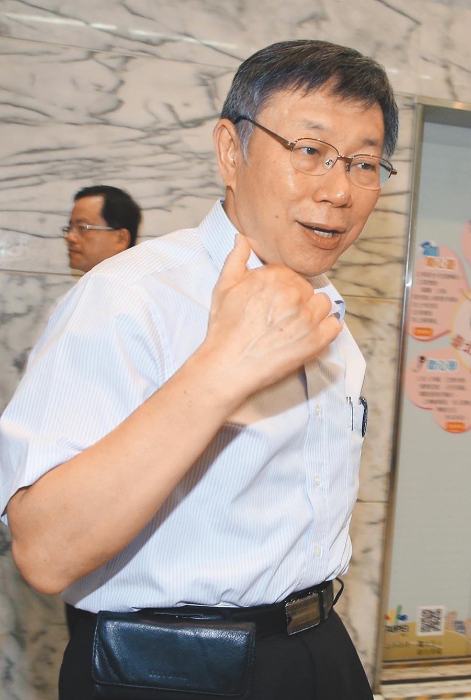台北市長柯文哲7日與士林區里長舉行市政座談會。會前對於郭、柯是否8/1密會談合作?柯文哲未正面回應,僅說「不要告訴你!」(王英豪攝)