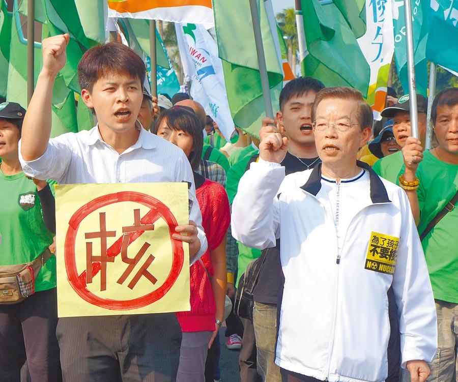 圖為謝長廷和謝維洲2013年參加309反核大遊行 。(本報資料照片)