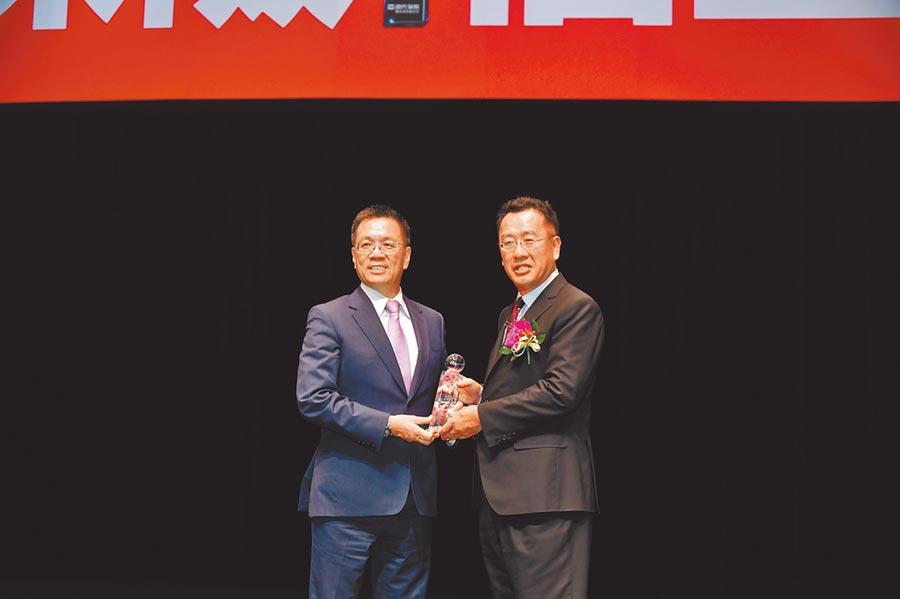 富邦人壽榮獲「最佳社會責任獎」,總經理陳俊伴(左)從金管會主委顧立雄(右)手中接獲殊榮。