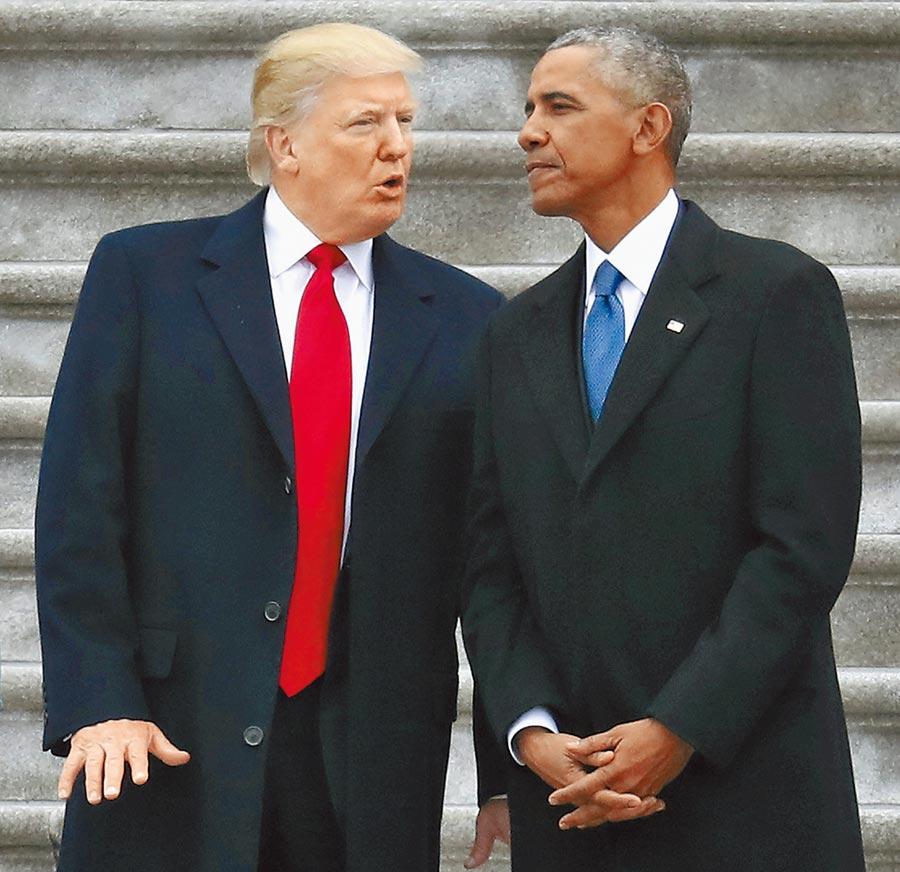 歐巴馬(右)6日未指名道姓譴責種族主義和煽動仇恨的領袖,川普(左)回嗆歐巴馬任內槍擊案也不少。圖為兩人2017年1月20日在川普就職的場合上交談。(美聯社)