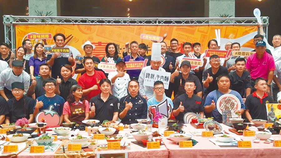 「台北市牛肉麵饕味國際大評比」7日登場,現場香味四溢,但似乎嗅不到「國際味」。(吳堂靖攝)