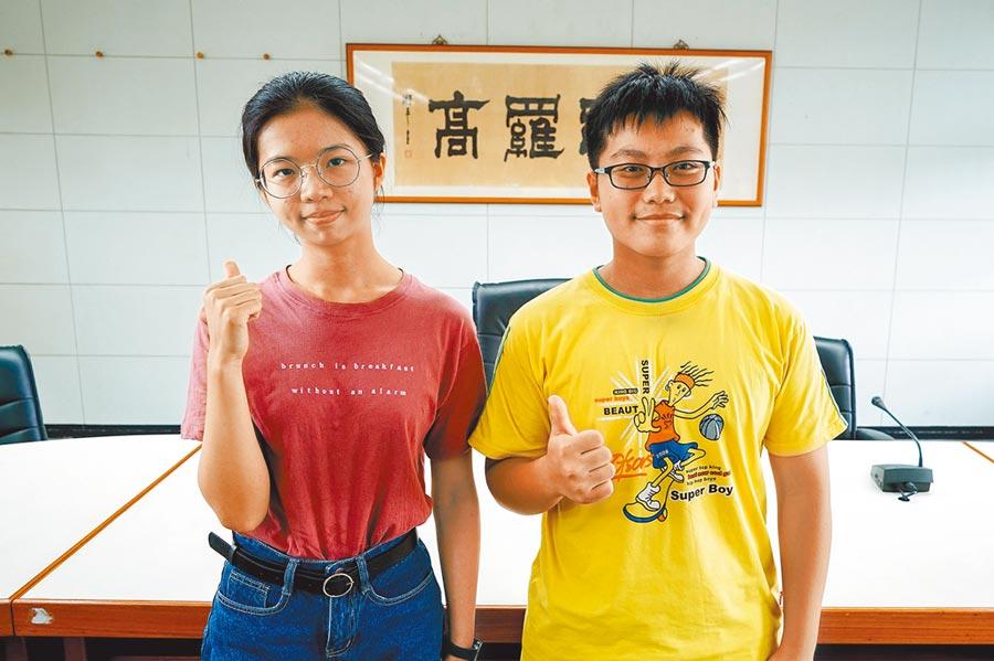 羅東高中學生劉孟竹(左)、謝友濠是大學指考宜蘭縣1、3類組榜首,分別錄取台大法律學系司法組、台大牙醫學系。(李忠一攝)