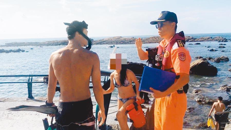 東北角鼻頭漁港再度發現年輕男女違規潛水,海巡不到40天已取締10人。(許家寧翻攝)