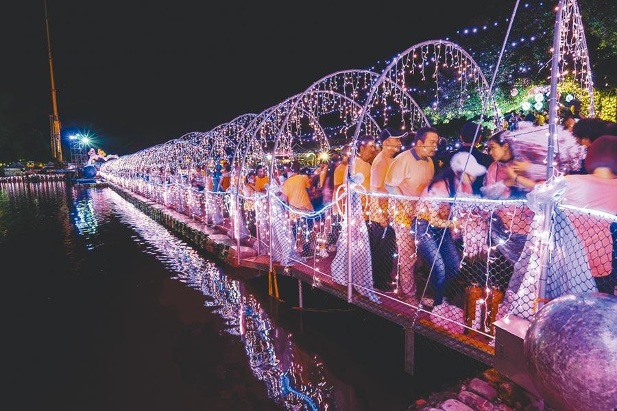 宜蘭情人節活動昨登場,但颱風利奇馬逼近,估計5天活動中有2天會受颱風影響,圖為活動的亮點七夕光廊鵲橋。(李忠一攝)