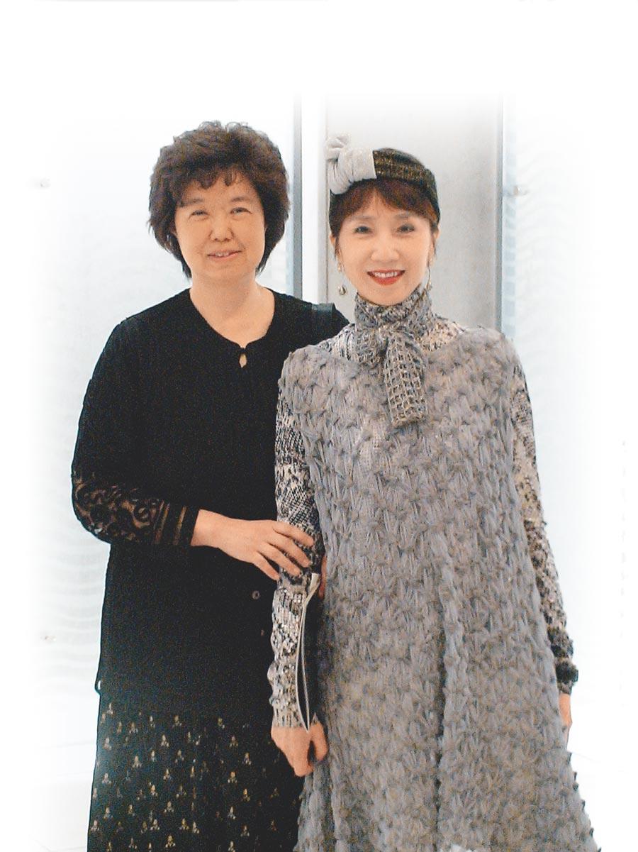 京劇名伶郭小莊(右)讚美王安祈(左),就像俞大綱一樣,為傳承京劇無私奉獻,兩人英雄惜英雄。(本報資料照片)