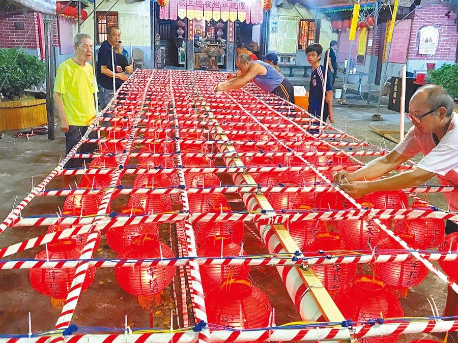 老師傅們正在宰樞廟前的廟埕趕製水燈排,完工後的水燈排將暫先移到長青活動中心存放。     (陳俊雄攝)