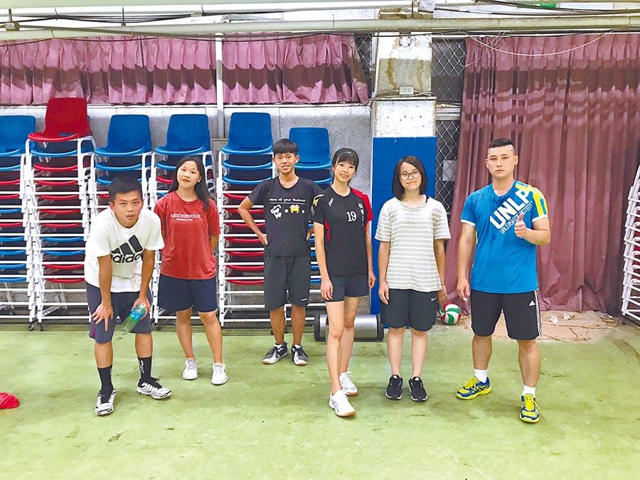 板橋高中沈旻儀(左二)學習之餘喜歡和同學一起打排球紓壓。(板橋高中提供)