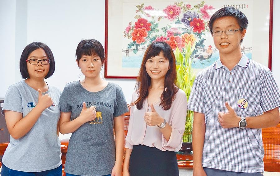 指考大躍進同學,賴彥鈞(左一)、鄭芷琦(左二)、林晏禾(右一)和蘇慧瑩老師(右二)。(吳敏菁攝)