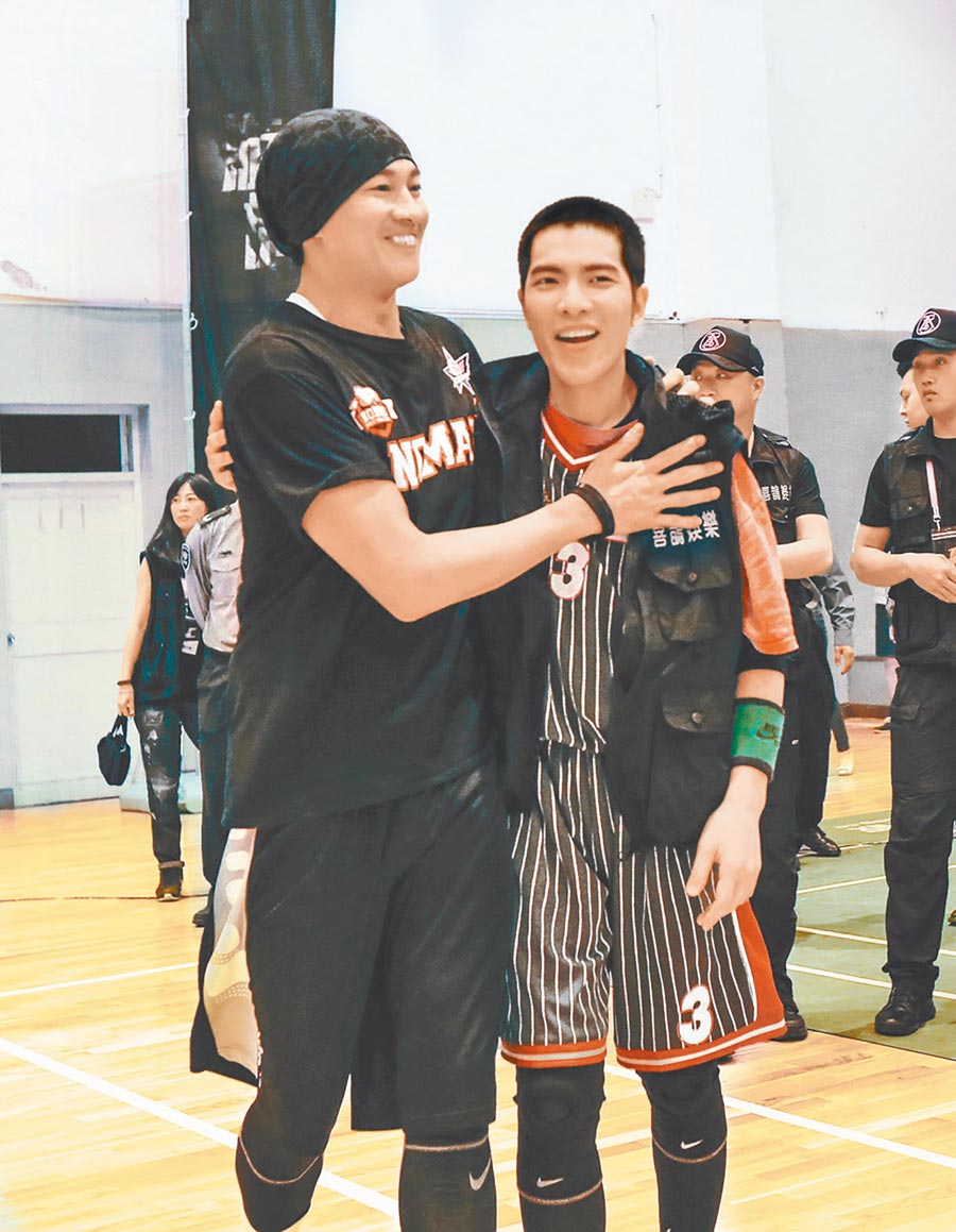 何潤東(左)曾與好友蕭敬騰在橫店舉辦公益籃球友誼賽。(資料照片)