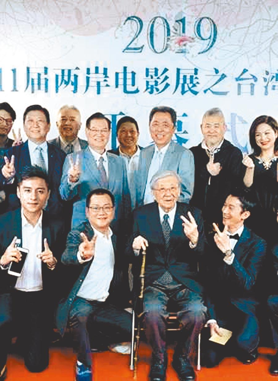 吳功(後排右二)不久前才跟台灣影人、演員一起赴陸推廣電影交流。