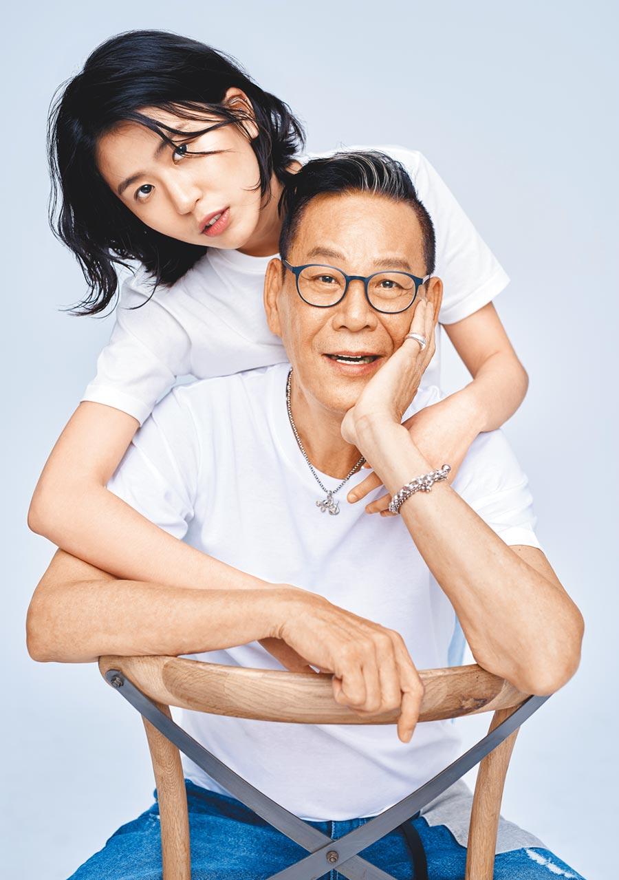 龍劭華(前)和女兒陳璇合拍微電影廣告,父女舉手投足充滿時尚味。