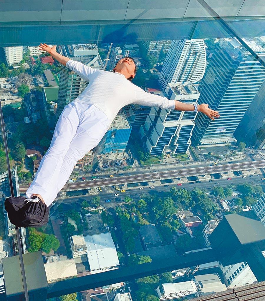 挑戰曼谷玻璃天空步道,包偉銘大膽躺平拍帥照,事後自曝「其實一直抖」。