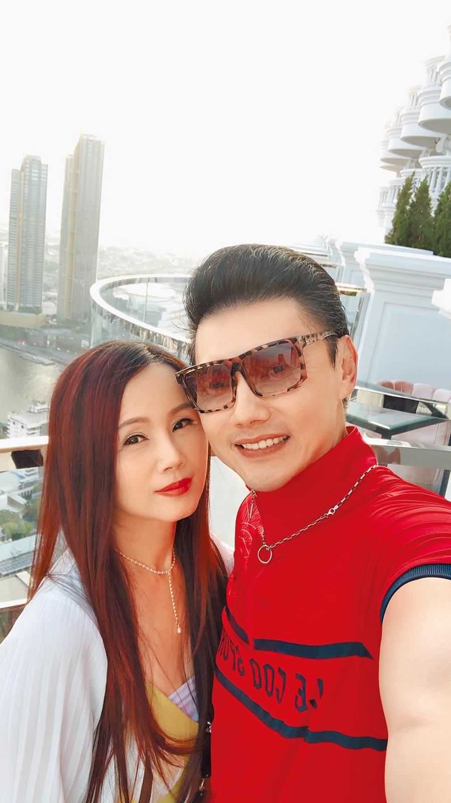 包偉銘(右)帶愛妻劉依純同遊泰國曼谷。