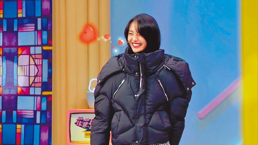 鄭爽把男友送她的羽絨外套帶到節目中拍賣。