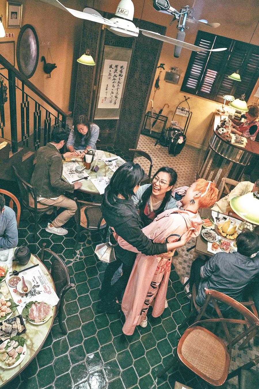 賴雅妍(左起)、鄭秀文、李曉峰演出各有故事的三姊妹。