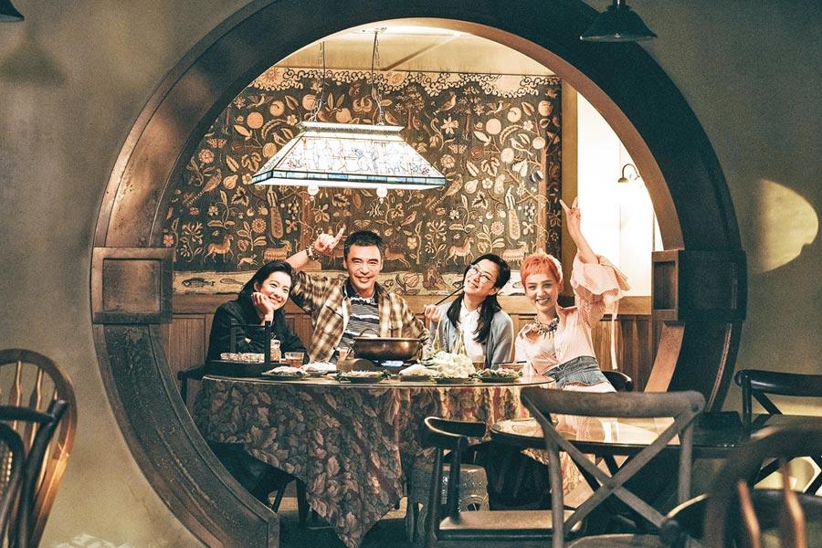 賴雅妍(左起)、鍾鎮濤、鄭秀文、李曉峰在片中飾演一家人。