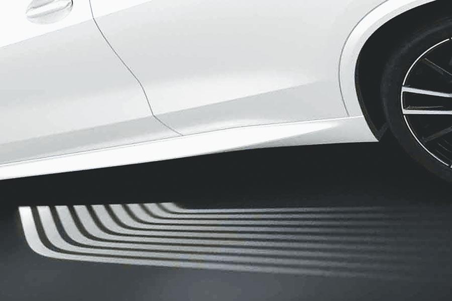 BMW X5全車系會主動開啟迎賓光毯,讓車主優雅入座。(汎德提供)