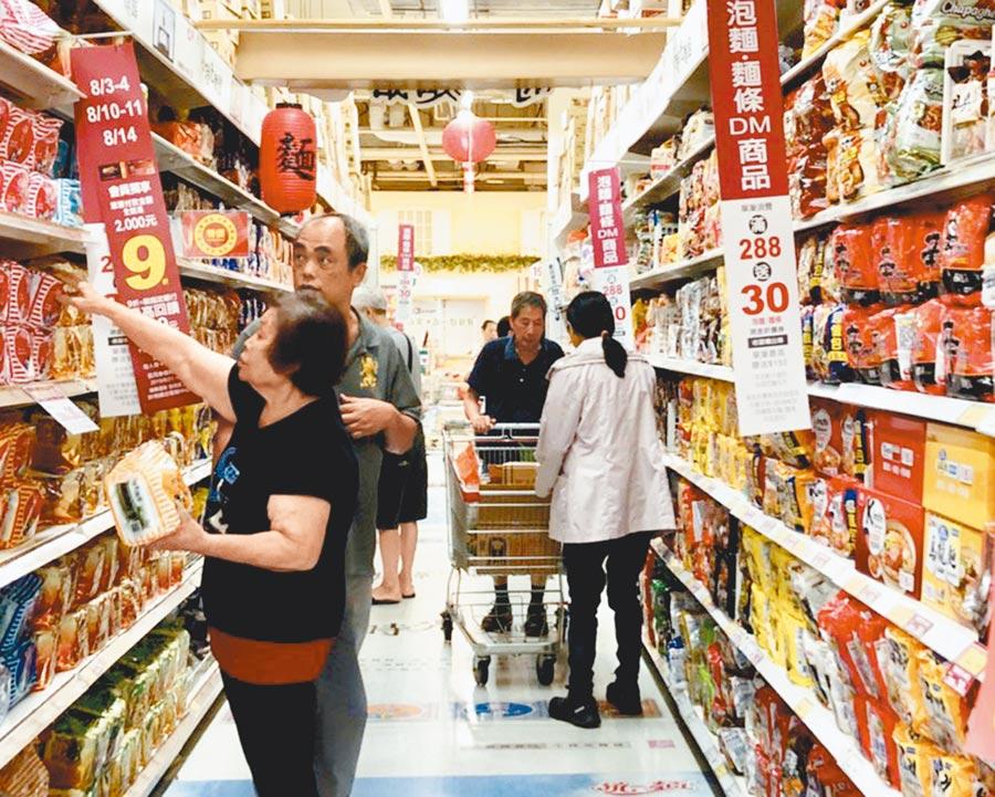 颱風來了,愛買泡麵買氣更高。(愛買提供)