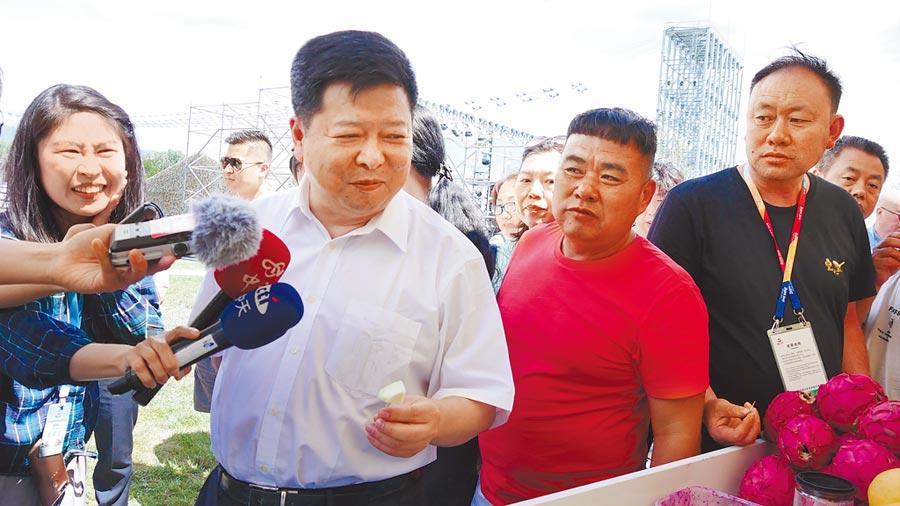 6月29日,北京世園會「台灣主題日」,大陸國台辦副主任龍明彪(左2)品嘗高雄芭樂。(本報資料照片)