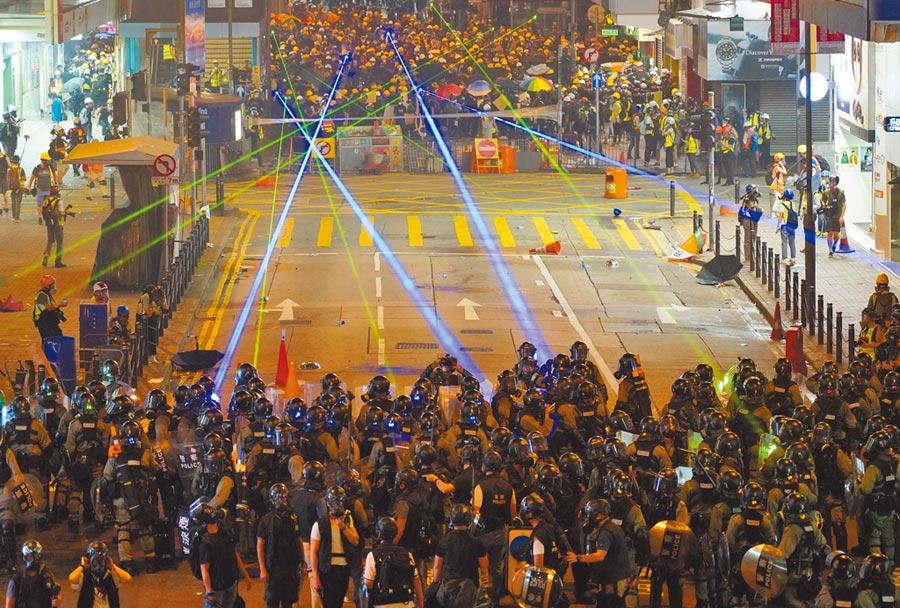 香港浸大學生會長方仲賢7日晚間因為持雷射筆被捕。圖為8月4日銅鑼灣衝突現場,示威者向警察照雷射光。(中通社資料照片)