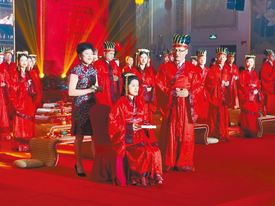 來自兩岸的30對新人選在七夕日,在福州循漢朝禮儀舉行集體結婚。(特約記者陳文攝)