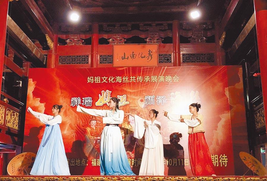福州海峽青年節7日開幕,台灣青年組成的「詩書畫快閃」隊伍,以西廂記等古裝人物,在福州市區不同地點展現漢服風情,獲觀眾讚賞。(特約記者陳文攝)