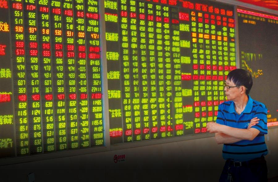 成都某證券營業部大廳內的股民關注股市行情。(中新社資料照片)