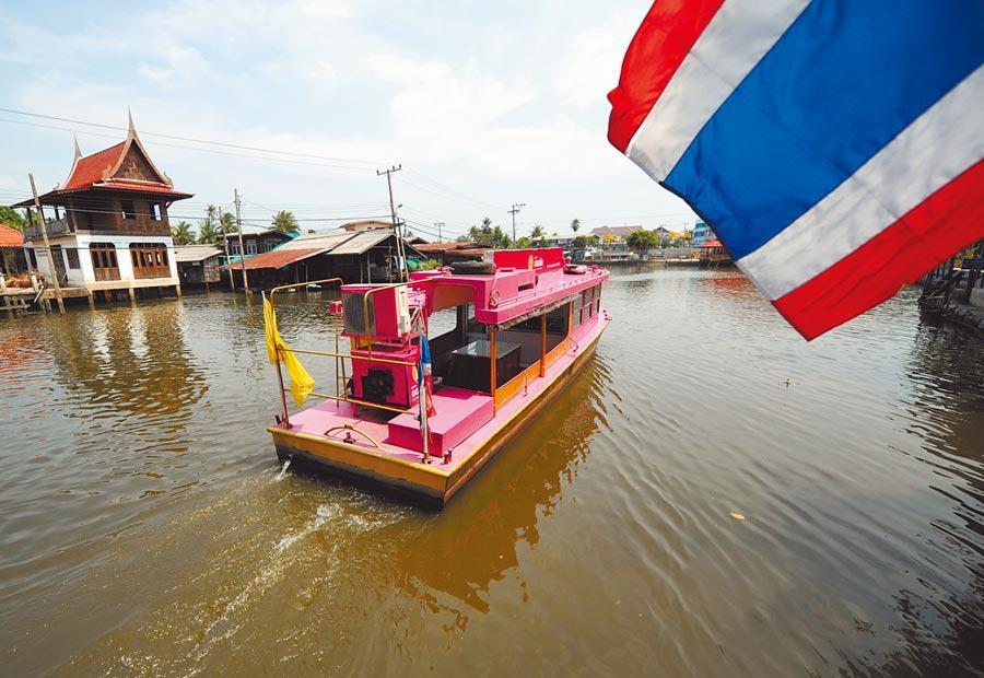 泰國曼谷一艘「船上銀行」駛在湄南河上。(新華社資料照片)