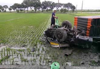 貨櫃車倒栽蔥犁田 司機命大僅輕傷