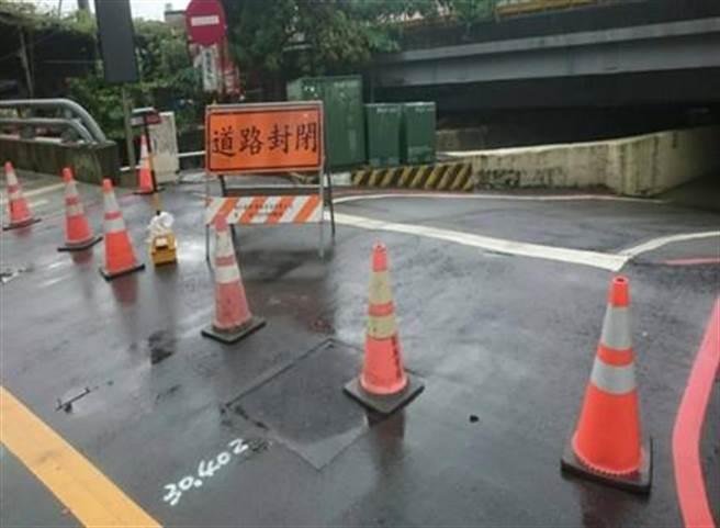 八德區高城地下道因為淹水,暫時封閉。(甘嘉雯翻攝)