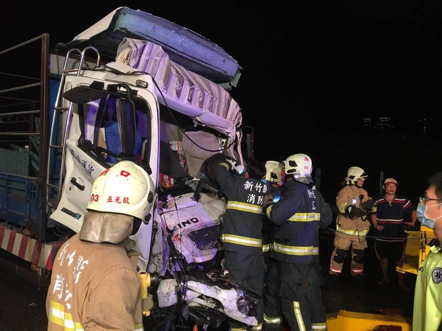大貨車上兩名受困傷者已脫困,送往東元醫院急救。(莊旻靜翻攝)
