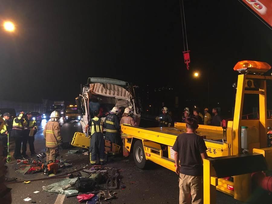 這起事故發生於國道一號竹北交流道南下出口匝道附近,疑為3大客1大貨追撞。(莊旻靜翻攝)