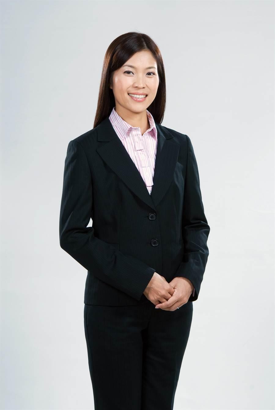 譯員陳秀寶是美女議員,認真為民喉舌。(吳敏菁翻攝)