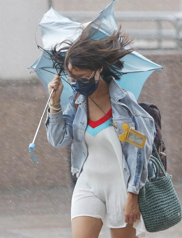 利奇馬為北部帶來風雨,但百貨專櫃人員還是得上班。(季志翔攝)